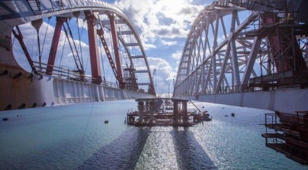 Крымский мост обледенел. Движение парализовано