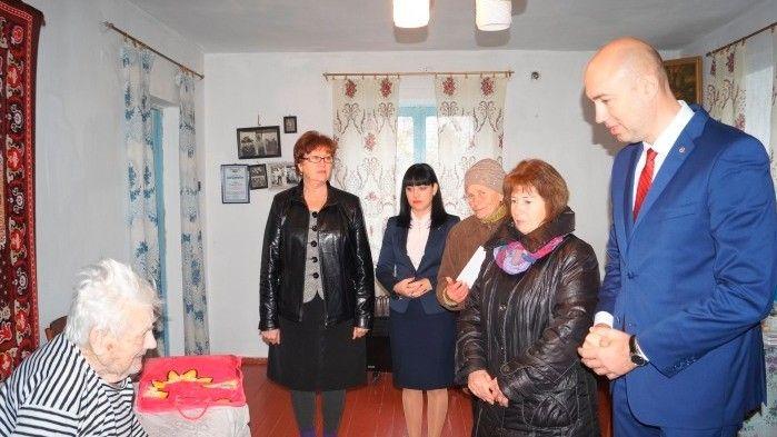 Руководители Советского района поздравили ветерана ВОВ с Днем рождения