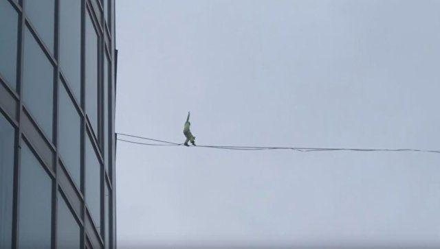 Видеофакт: в Питере экстремал прошел по натянутому между высотками канату