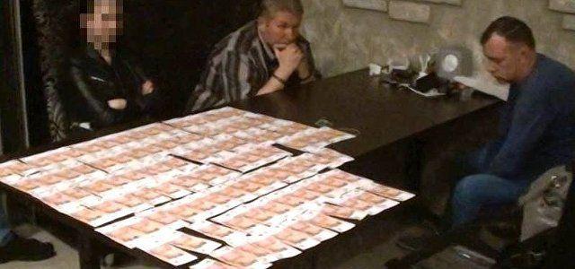 Директора российской компании задержали в ресторане Симферополя с крупной суммой денег,