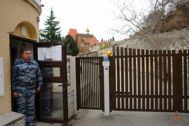 В Крыму целый поселок заставили ходить в магазин под присмотром охраны