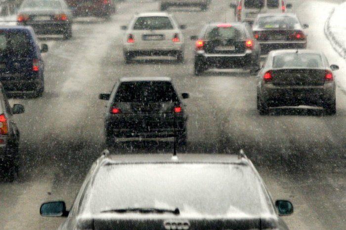 Крымские дороги заметает снегом, в Симферополе на улицах - квест для машин, , ВИДЕО