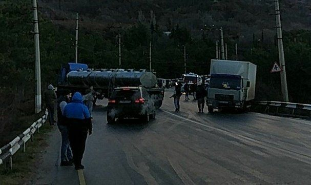 ВИДЕО: массовое ДТП на трассе Симферополь-Ялта: разбиты легковушки, грузовики и троллейбус
