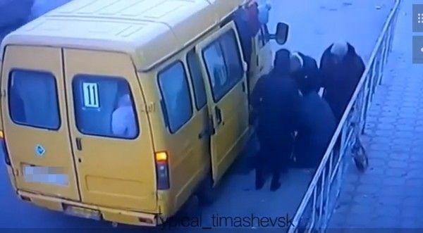 Водитель маршрутки выкинул старушку без сознания из общественного транспорта