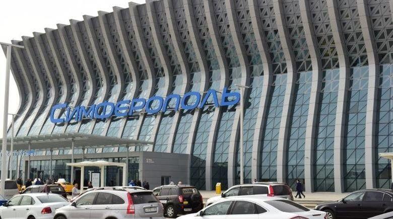 В аэропорту Симферополя установили 12-метровую новогоднюю елку, ФАКТ