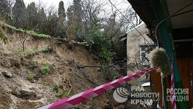 Из ялтинского дома после обрушения стены отселили две семьи