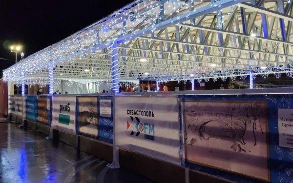 В новогодние каникулы ледовый каток в центре Севастополя не пустовал