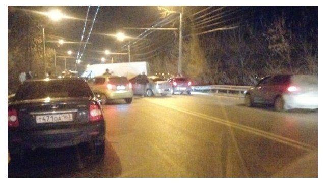 Тройное ДТП в Крыму: дорогу не поделили микроавтобус и две легковушки