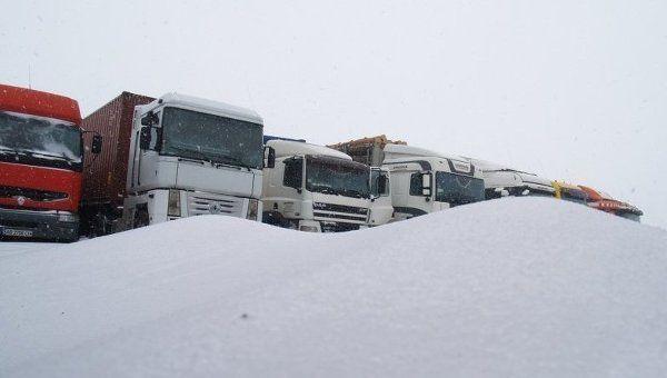 Под Симферополем собралась пробка из двух десятков фур и перевернулся грузовик,