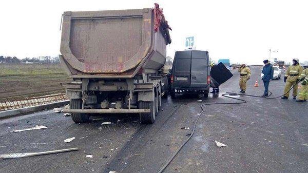 "В столкновении грузовика и фургона на трассе ""Таврида"" пострадали два человека, , ВИДЕО"