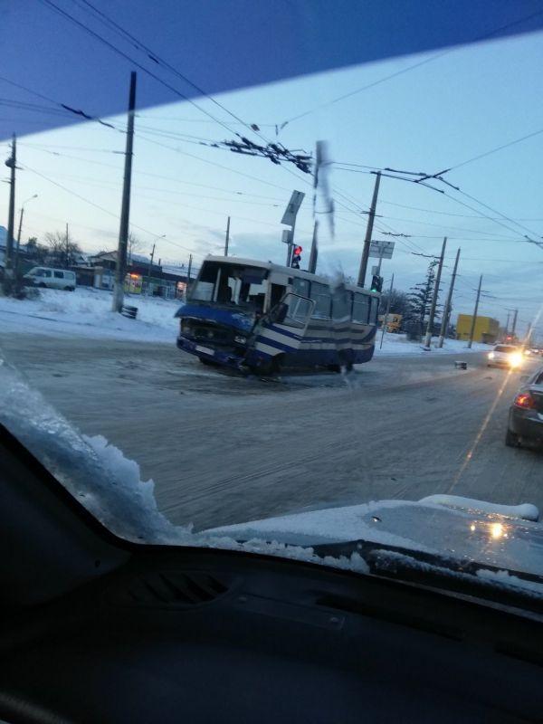 В Симферополе маршрутка врезалась в троллейбус, , ВИДЕО