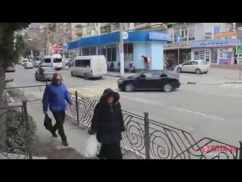 """Закрытый пешеходный переход на """"Октябре"""" в Ялте пользуется популярностью"""