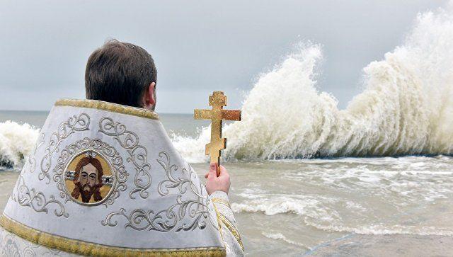 Аксенов поздравил верующих крымчан с Крещением