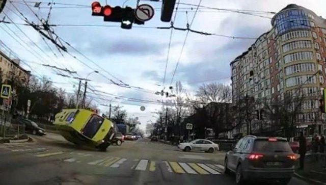 """Как это было: появилось видео с перевернувшейся """"скорой"""" в Симферополе"""