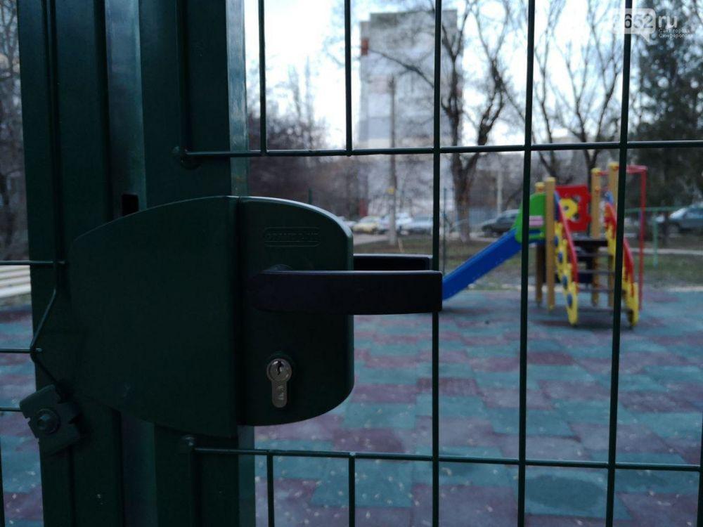 """""""Под замком"""": симферопольцы жалуются, что не могут попасть на детскую площадку,"""