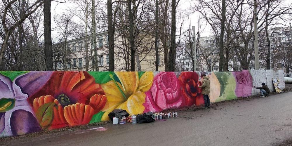 """В Симферополе на старом заборе """"распустились"""" яркие цветы, ФАКТ"""