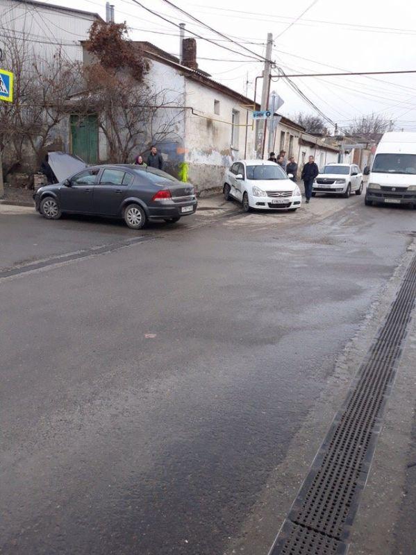 В Симферополе в столкновении двух легковушек пострадал проходивший мимо ребенок,
