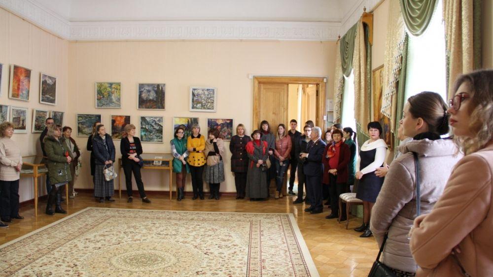 При содействии Минкульта Крыма экспонируется выставка крымского художника «Поклон мастеру»
