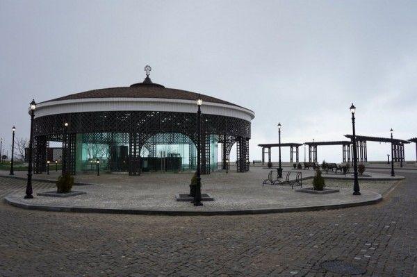 В новом парке Севастополя разбили стеклянную конструкцию