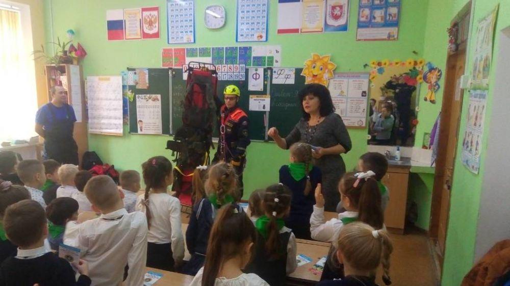 Сотрудники «КРЫМ-СПАС» продолжают проводить открытые уроки по безопасности жизнедеятельности в образовательных учреждениях полуострова