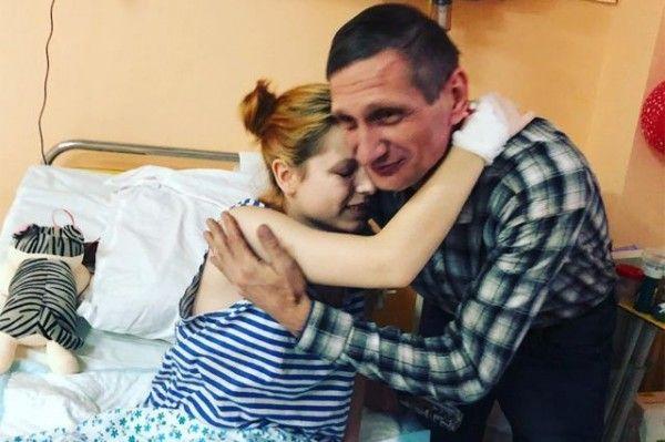 После трагедии в Керчи отец продолжает выхаживать дочь