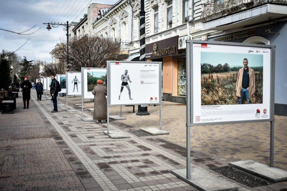 Фотовыставка под открытым небом «Герои России, какими их не видел никто» открылась в Симферополе