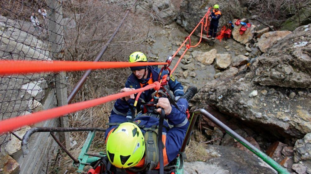 Специалисты «КРЫМ-СПАС» отработали оптимальные способы эвакуации «пострадавших» в районе Арпатского водопада