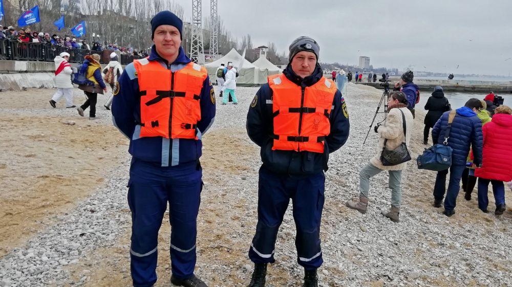 Сотрудники «КРЫМ-СПАС» обеспечили безопасность проведения зимнего заплыва в городе Феодосия