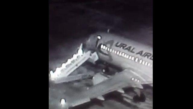 Шестеро пострадавших: видео обрушения трапа в аэропорту Барнаула