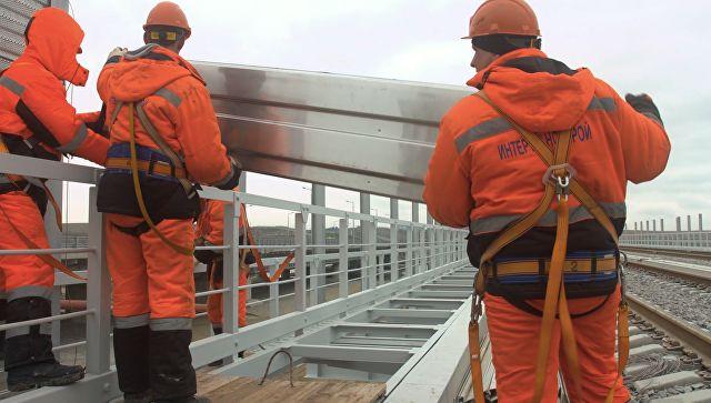 Работа кипит: видео установки шумовых экранов на ж/д части Крымского моста