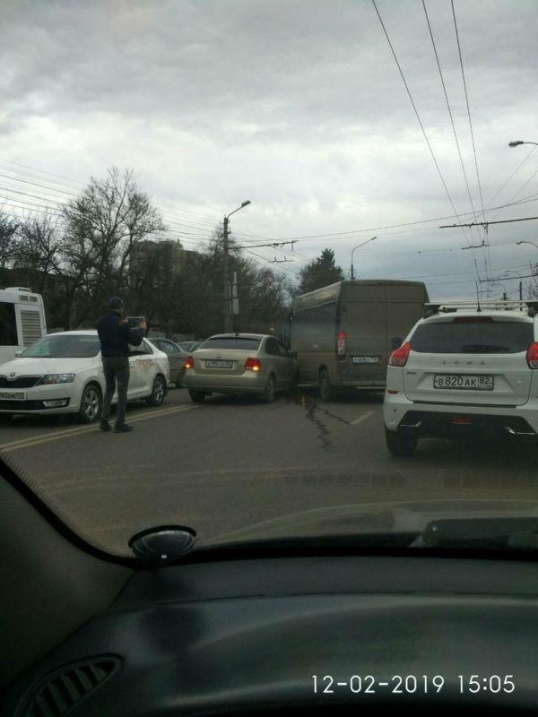 В Симферополе возле парка столкнулись микроавтобус и две легковушки,