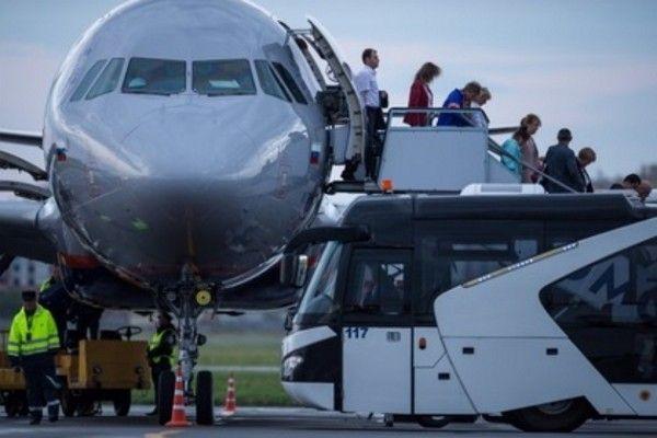 Видео падения людей с трапа самолета в российском аэропорту