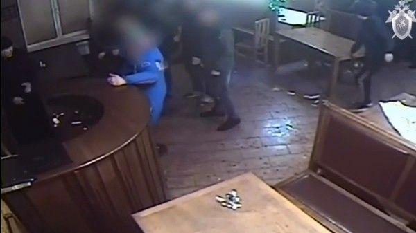 Как молодые люди набросились на сотрудников Росгвардии с палками в кафе