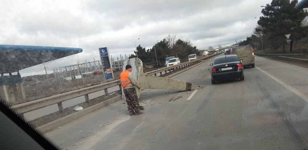 В Симферополе железобетонная конструкция выпала из грузовика на дорогу, ВИДЕО
