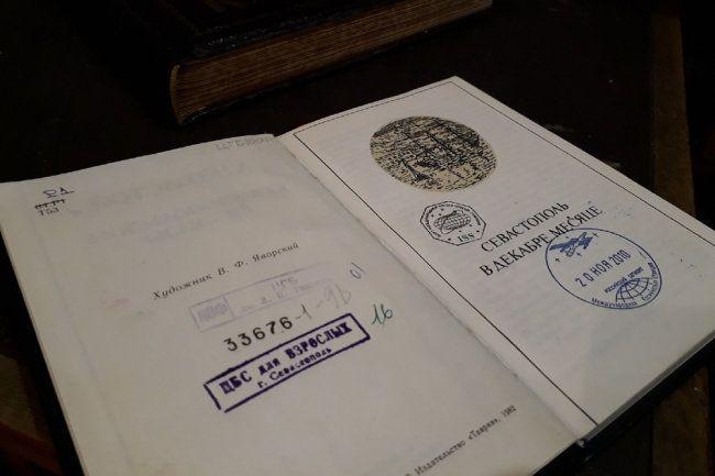 """""""Родине"""" показали уникальное издание из подземелья севастопольской библиотеки"""