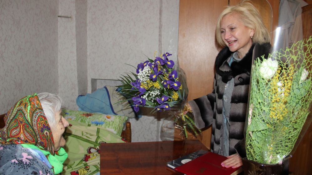 Руководители Феодосии поздравили с вековым юбилеем ветерана войны