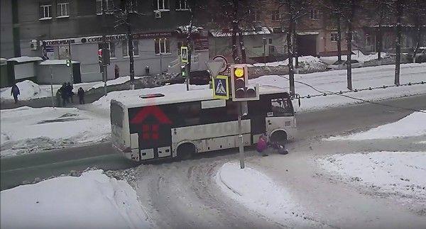 Автобус чуть не раздавил выпавшего из коляски двухлетнего ребёнка