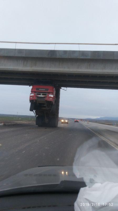 Фура «подперла» федеральную трассу в Крыму. Видеофакт