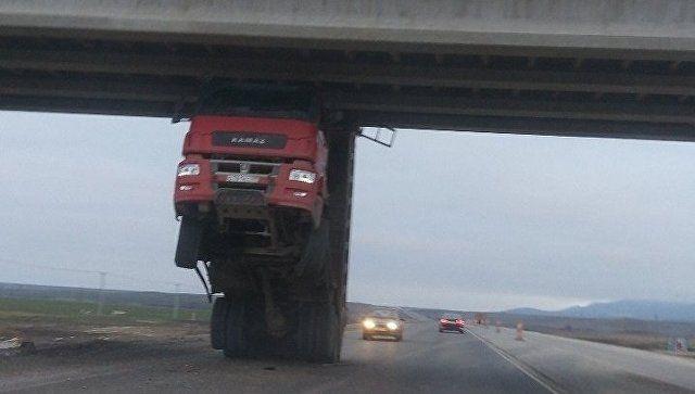 """На трассе """"Таврида"""" самосвал зацепился кузовом за путепровод и встал на дыбы"""