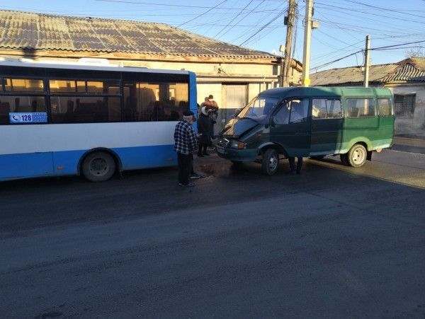 На обледеневшей улице в Симферополе маршрутка столкнулась с автобусом