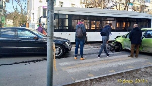 Как в Севастополе Мерседес «смял» легковой автомобиль