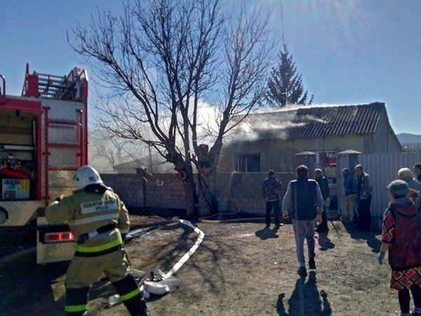 Под Симферополем из-за пожара провалилась крыша жилого дома