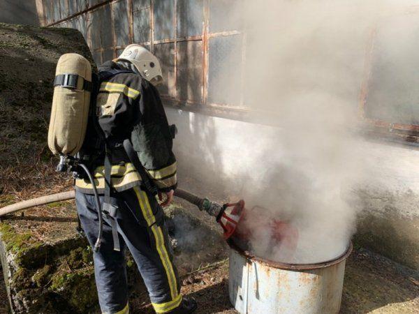 В Симферополе до сих пор горит склад завода пластмасс