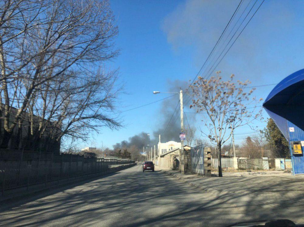 В Симферополе пытаются потушить крупный пожар