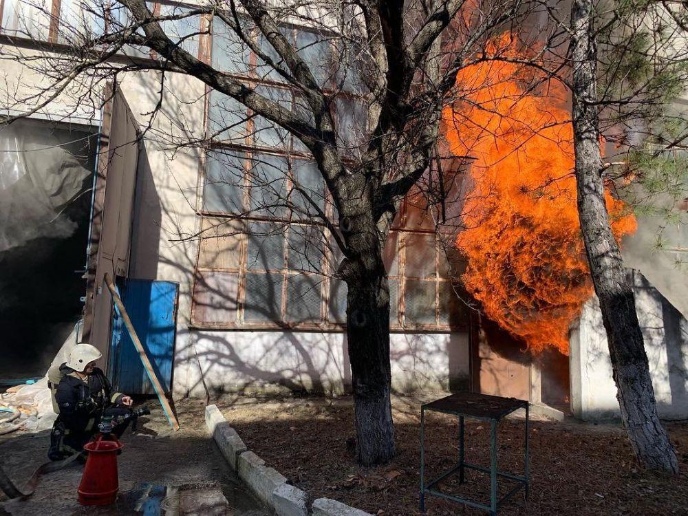 В Симферополе продолжает гореть завод пластмасс,