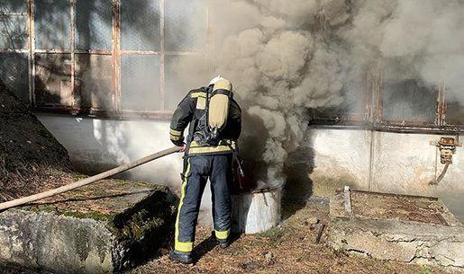 В Симферополе горит завод