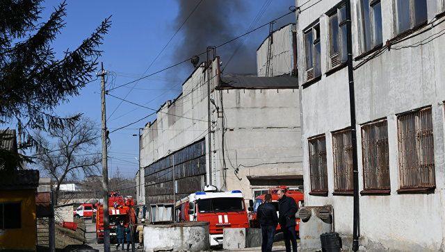 Спасатели пока не могут локализовать крупный пожар на заводе в Симферополе