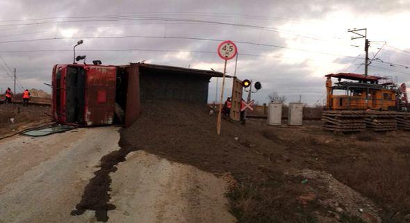 Дрезина столкнулась с грузовиком на железнодорожном переезде под Симферополем