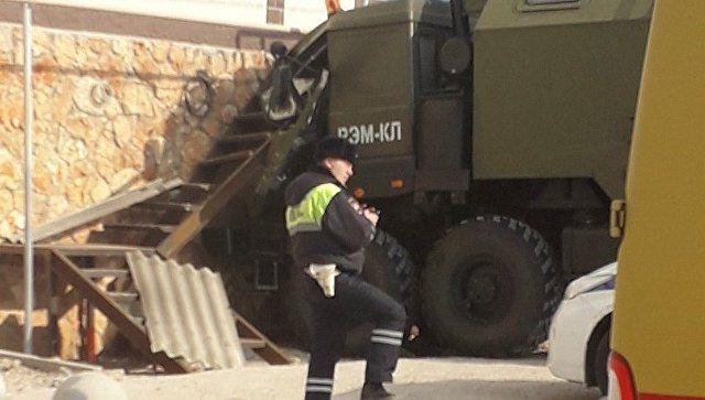 В Севастополе военный грузовик врезался в дом