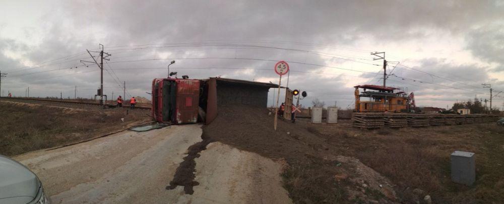Грузовик перевернулся после столкновения с дрезиной на ж/д переезде в Крыму,